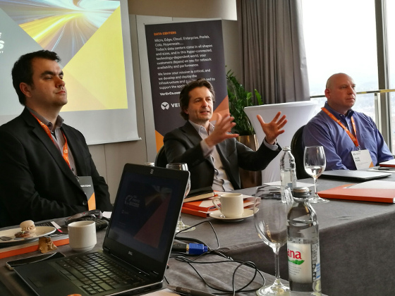 De izquierda a derecha: Andrew Donoghue, director of analyst relations EMEA, Vertiv; Giordano Albertazzi, president for Vertiv in Europe, Middle East and Africa; y Alex Pope, director of product management, global solutions, Vertiv